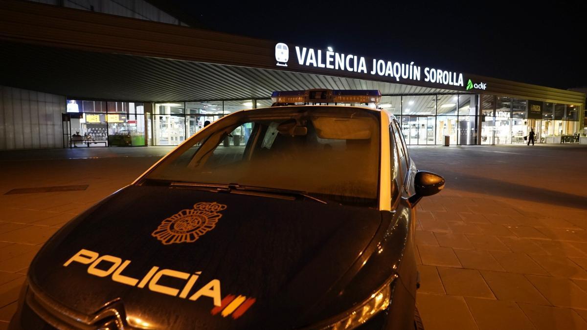 Agentes de la Policía Nacional patrullan de noche frente a la estación el AVE.