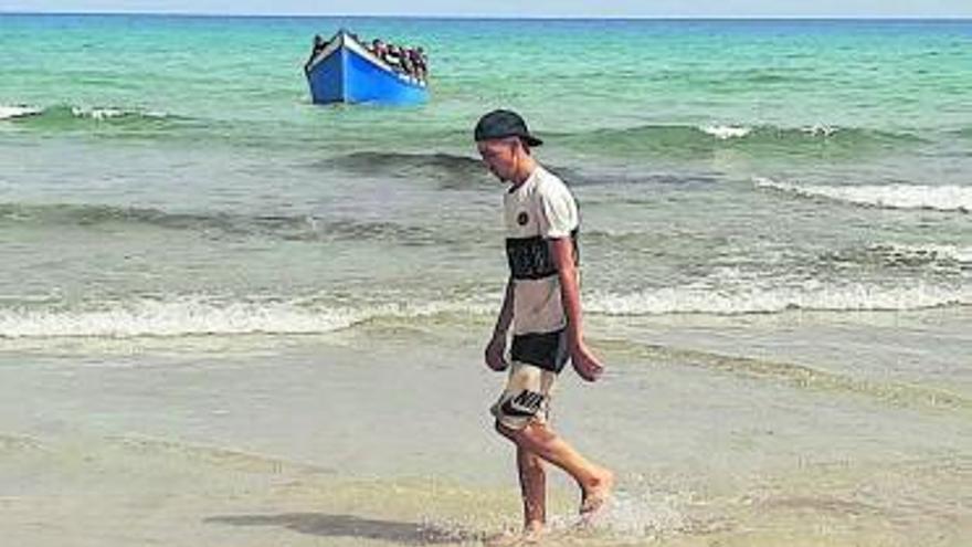 Más de 320 inmigrantes llegan en un solo día a bordo de cinco embarcaciones