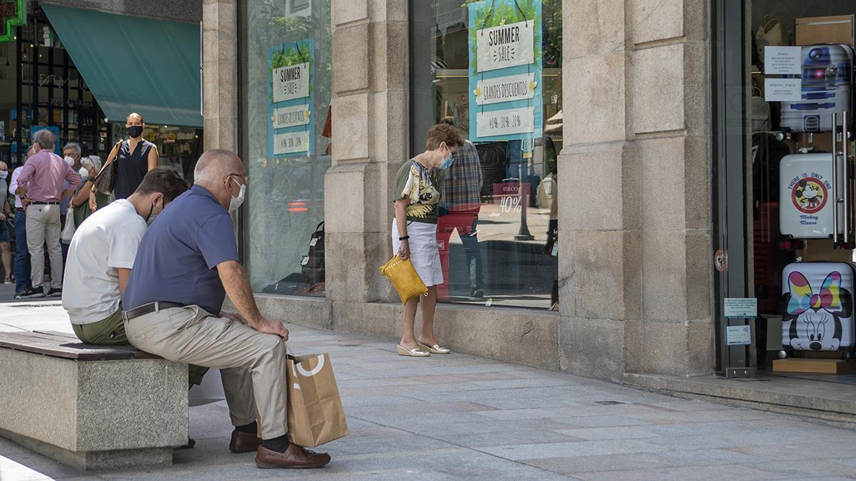 Gente de compras en una céntrica calle de Ourense
