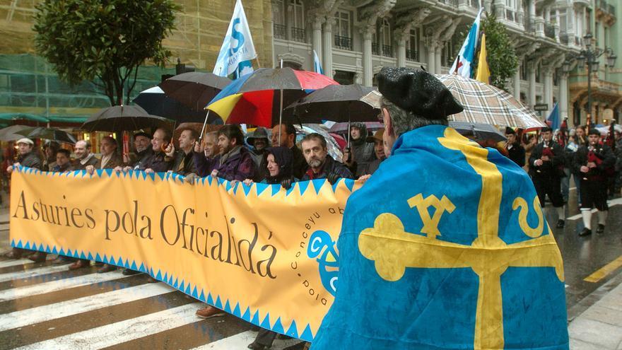 Manifestación por la oficialidá, en la plaza de la Catedral y con inscripción previa