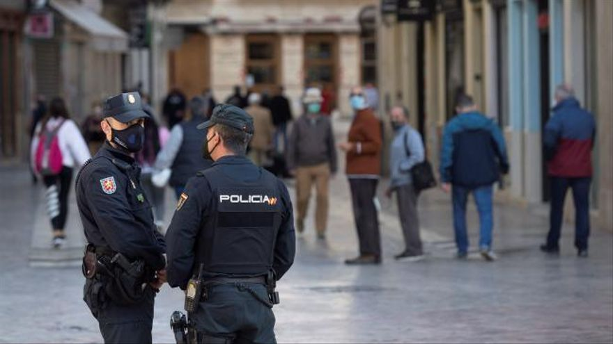 Andalucía pide priorizar la vacunación de camareros, docentes, policías o taxistas