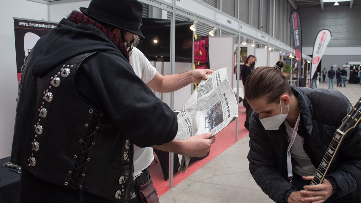 Kutxi Romero observa un ejemplar de La Opinión