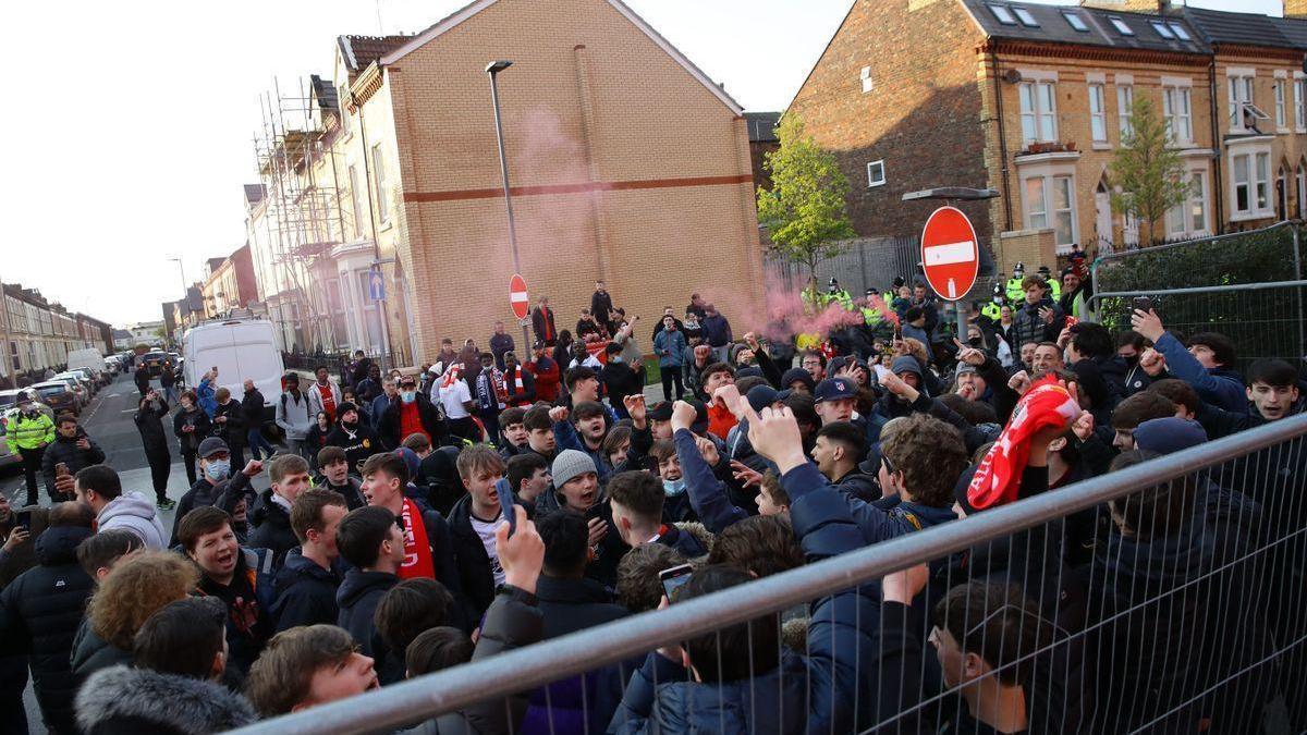 Apedrean el autobús del Real Madrid a su llegada a Anfield, que acaba con una luna rota