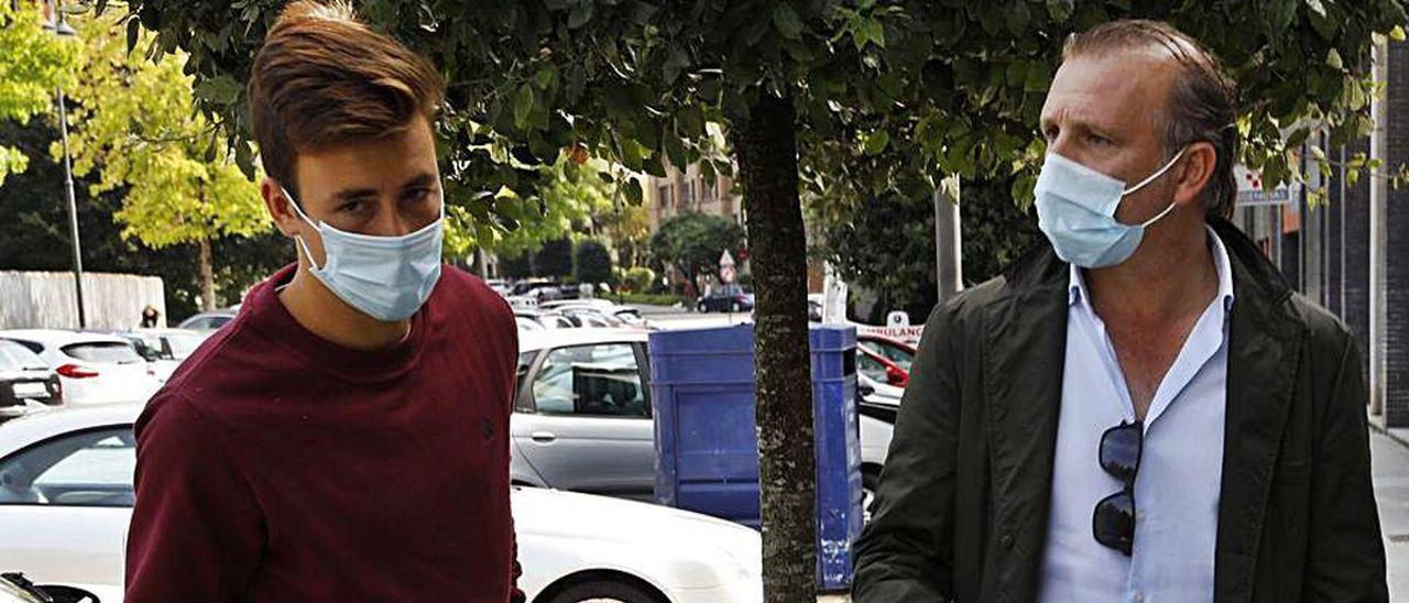 Javi Rico, con Saúl García, a su llegada a Gijón.