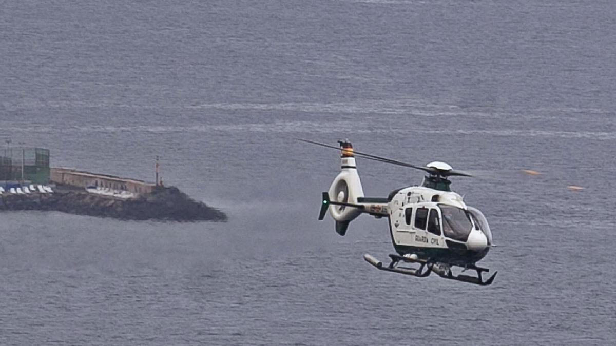 Tareas de búsqueda del helicóptero de la Guardia Civil.     CARSTEN W. LAURITSEN