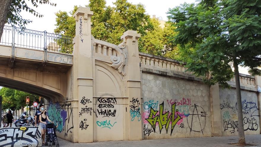 Arca exige al Ayuntamiento que limpie las pintadas vandálicas del Pont des Tren