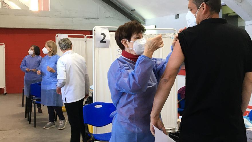 El consejero de Salud defiende las vacunas anticovid: han evitado 17.000 casos y 3.500 muertos