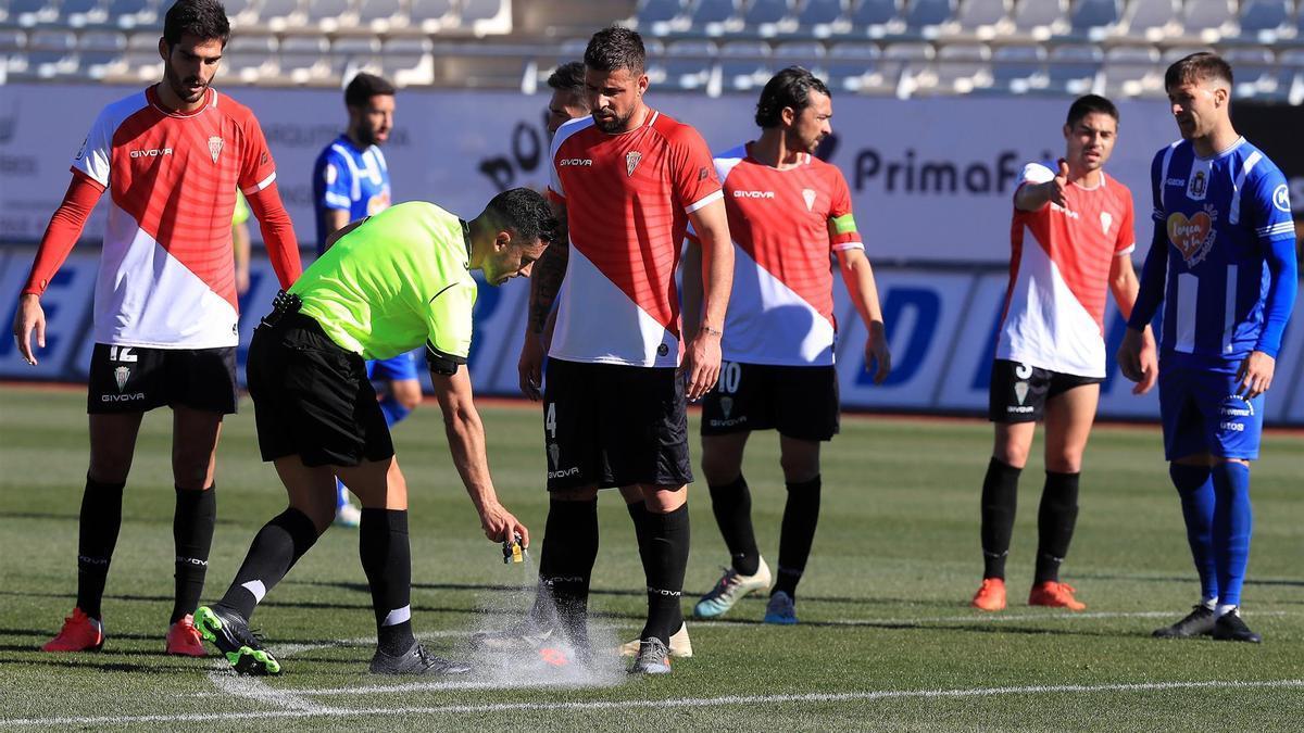 Bernardo Cruz y Xavi Molina observan al colegiado en el encuentro que el Córdoba CF ganó en Lorca, esta temporada.