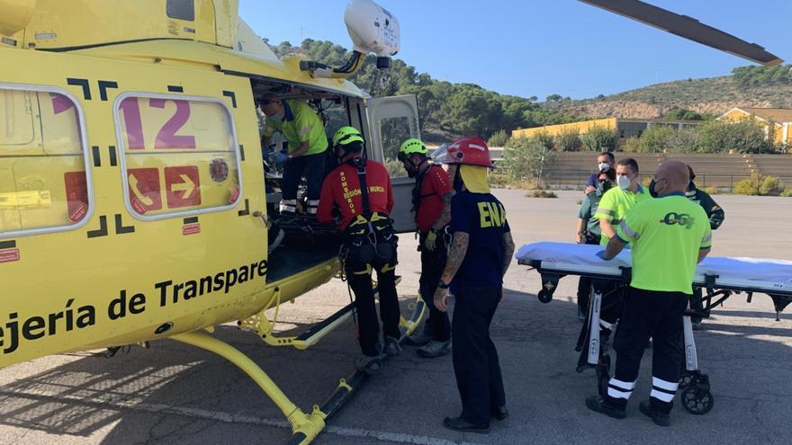Rescatan en helicóptero a un senderista herido en la sierra de Cartagena