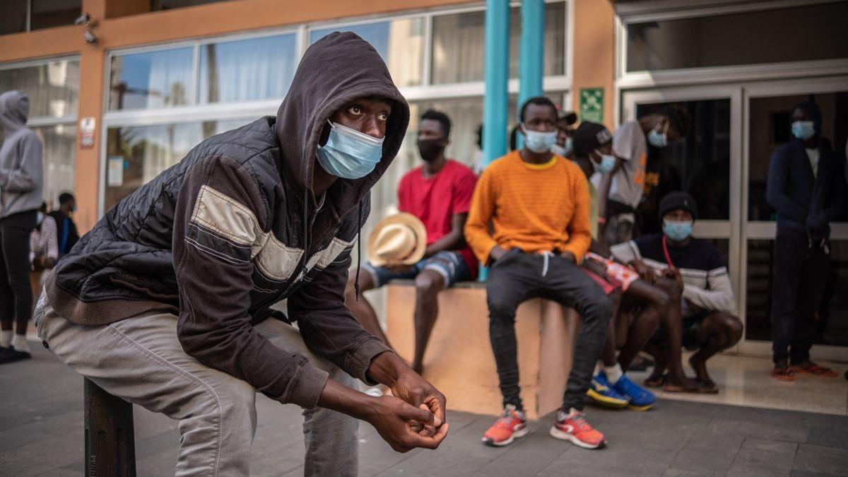 Migrantes que aseguran ser menores de edad alojados en un hotel de Puerto de la Cruz.