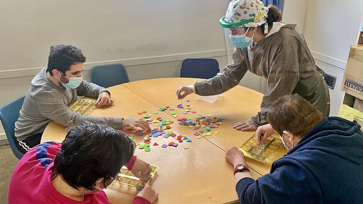 33 Inclusión 8 Una profesional realiza una terapia con varios residentes en la Fundación Los Pueyos. | FUNDACIÓN LOS PUEYOS