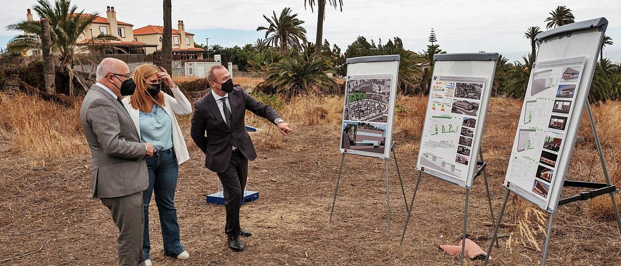 Antonio Morales junto a Isabel Mena y Augusto Hidalgo en el terreno donde se va a levantar la residencia de mayores en Tafira, ayer. | | EFE