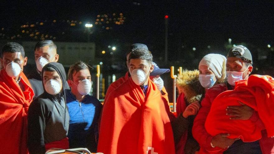 Los policías denuncian que los inmigrantes en patera pasan la cuarentena en calabozos