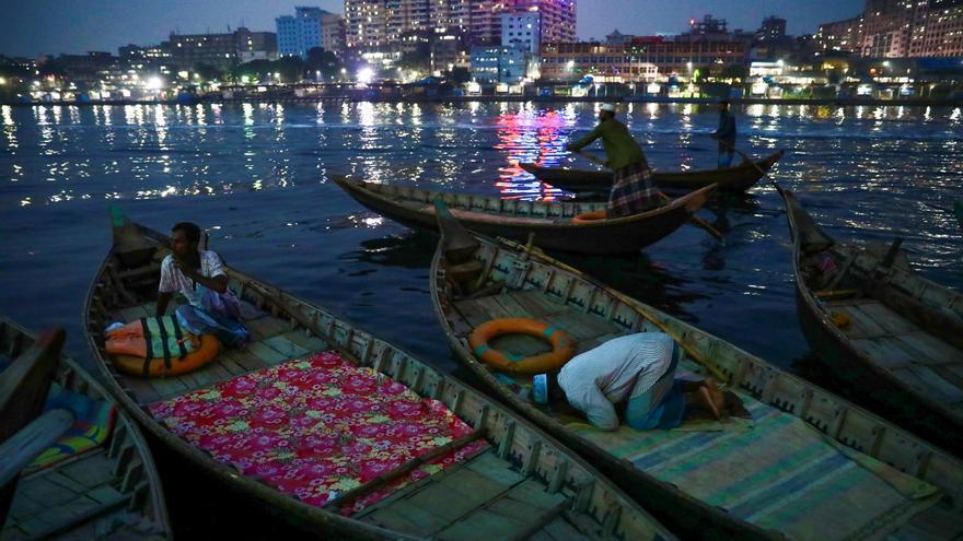 Al menos 26 muertos al chocar una embarcación en el centro de Bangladesh