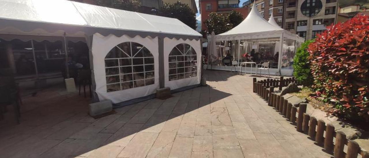 Terrazas en la plaza del Campo de Moreda, en Aller. | A. Velasco
