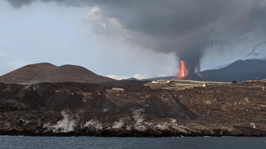 Las coladas del volcán de La Palma ganan altura aunque no han destruido más edificios