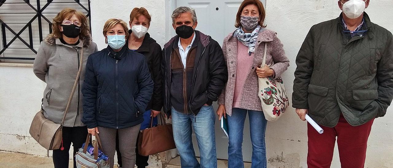 Una representación de padres de usuarios del centro ocupacional La Llar dels Xiquets de Turís. | LEVANTE-EMV