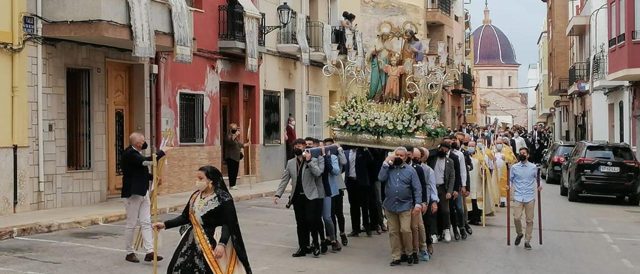 Cientos de personas han participado este lunes en la romería a la ermita de los patronos.
