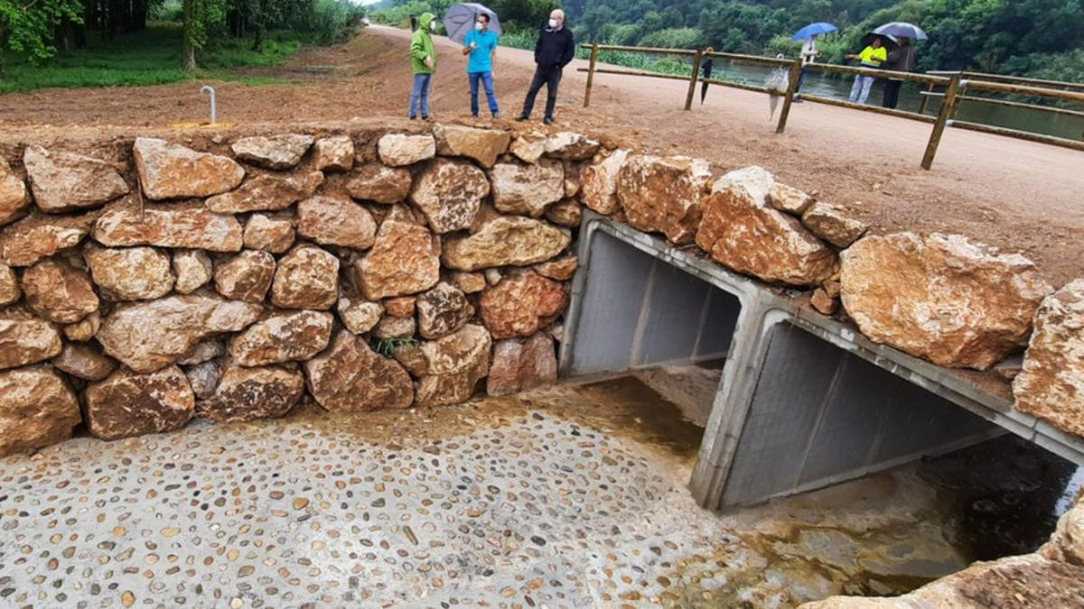 Visita de les autoritats a la mota del riu Ter amb les obres finalitzades el 4 de juny de 2020