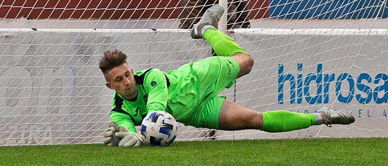 Pawel detiene un penalti en el partido ante el Roda.   JOSÉ GÓMEZ