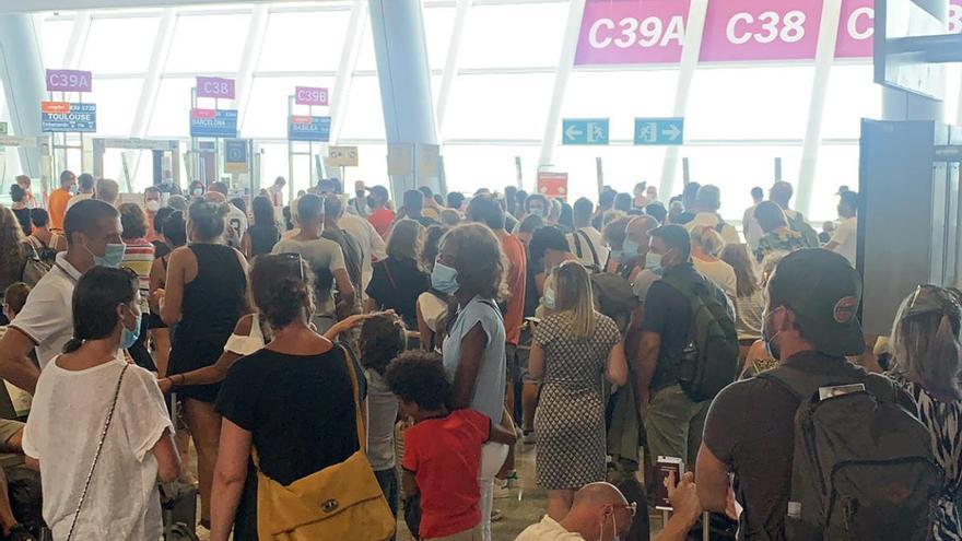 """AENA atribuye a una """"coincidencia puntual"""" las aglomeraciones de pasajeros en Son Sant Joan"""