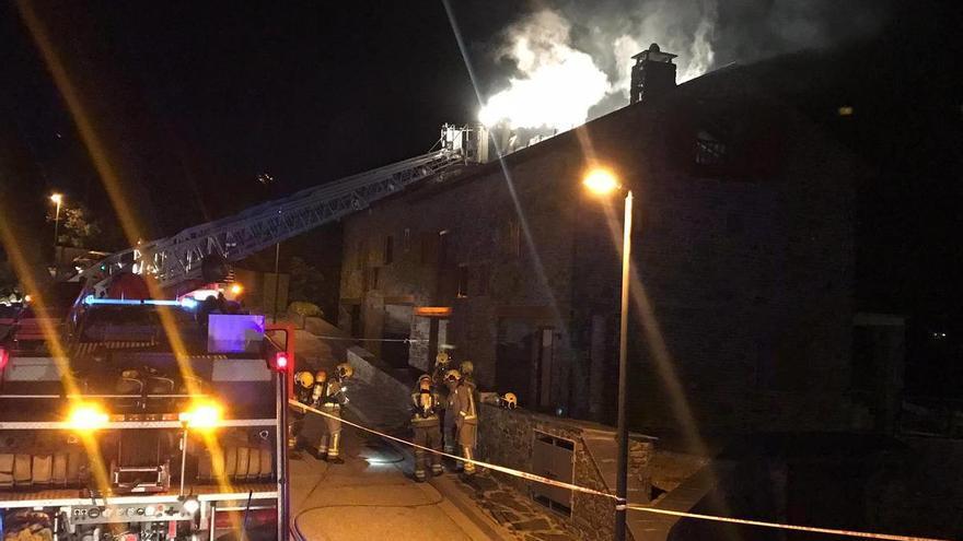 Ampli desplegament d'efectius per extingir l'incendi d'un edifici a Ger