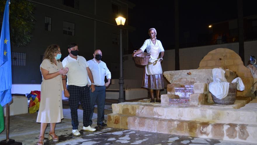 Una escultura de José Manuel Belmonte homenajea a las lavanderas de Posadas