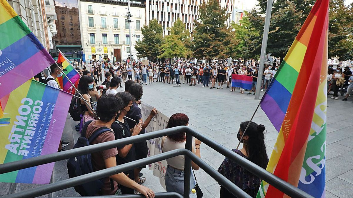 Manifestación en Zaragoza, este sábado, en contra de los delitos de odio y las agresiones homófobas.   ÁNGEL DE CASTRO