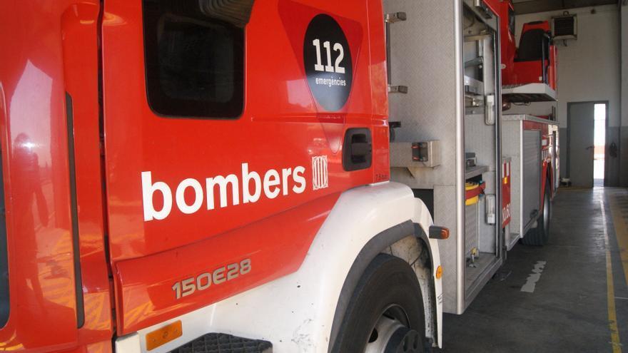 Mor una persona en precipitar-se des d'un vuitè en un incendi en un pis a Badalona