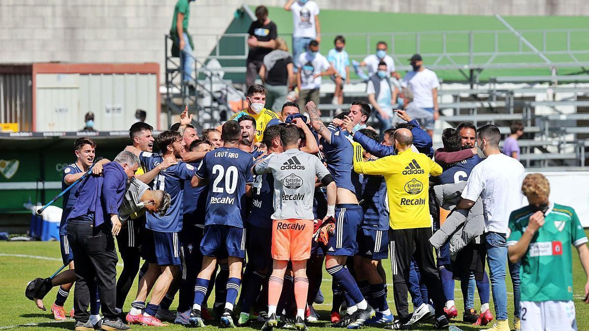 Los jugadores del Celta B celebran la victoria en el campo del Coruxo. |
