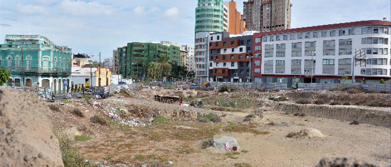 El abandono en que se encuentra el solar donde se iban a construir las torres del Gran Guanarteme ha propiciado la aparición de varias chabolas.