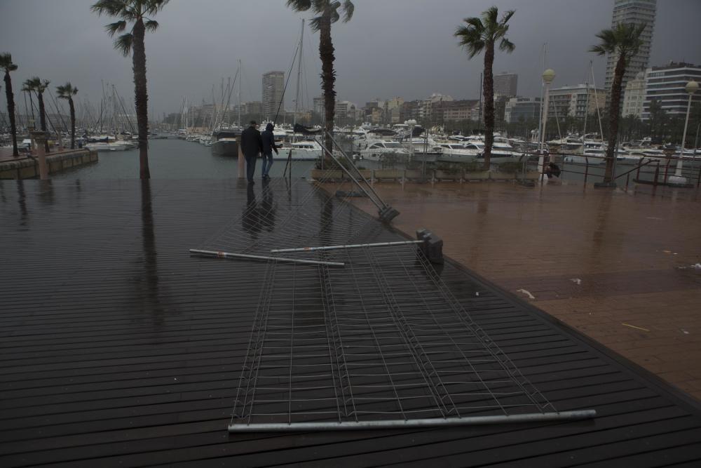 Imágenes del temporal de lluvia y viento en la playa del Postiguet en Alicante.