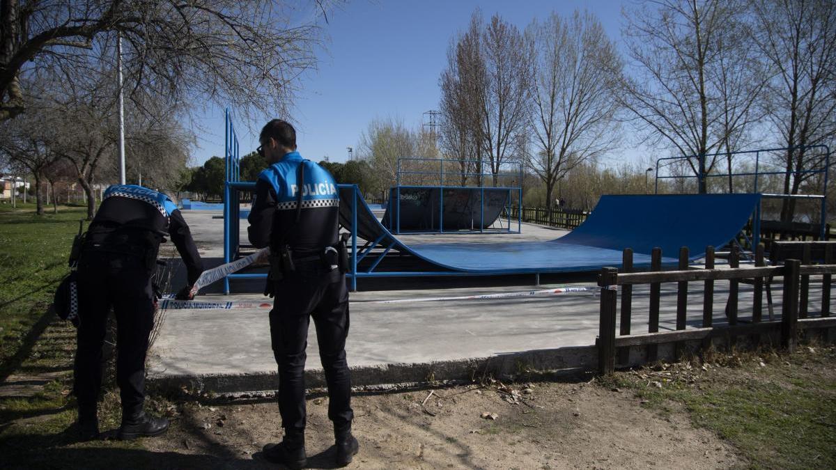Policía Municipal de Zamora precinta las instalaciones deportivas al aire libre al inicio de la pandemia.