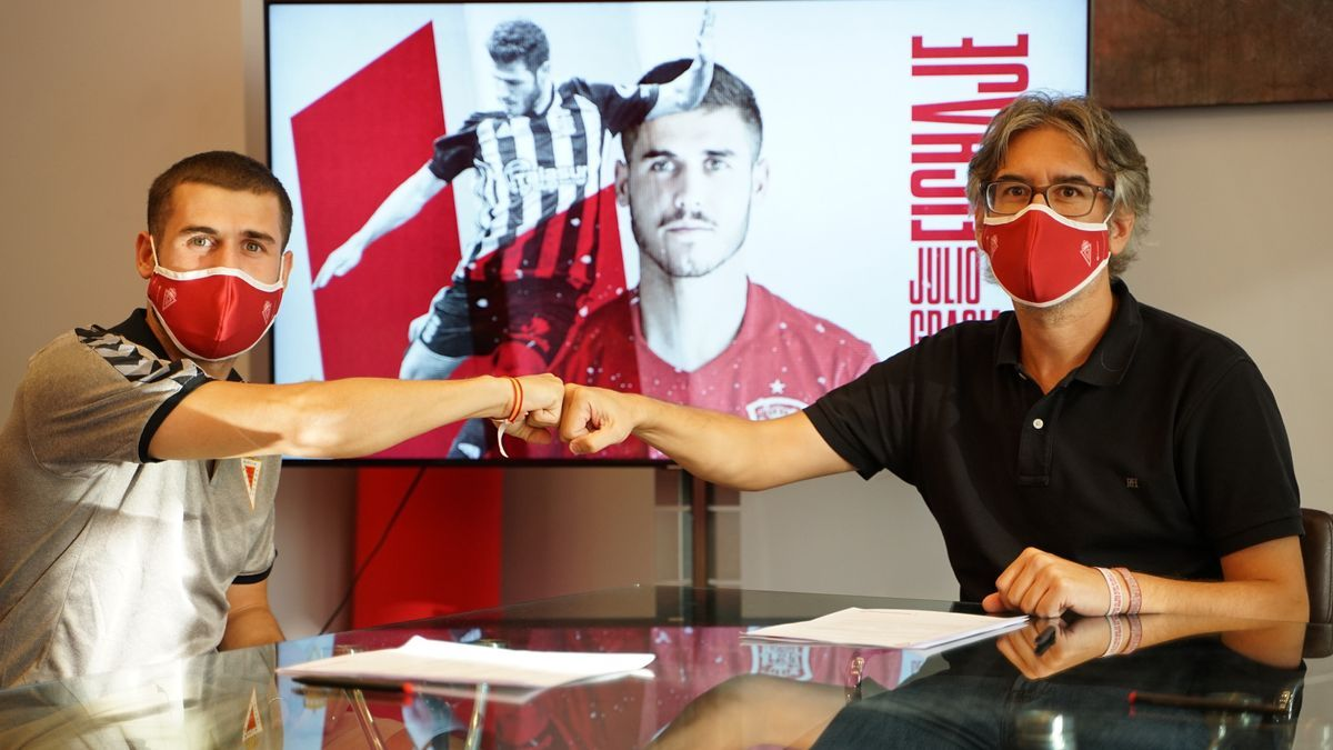 Julio Gracia, en la firma de su contrato con el Real Murcia