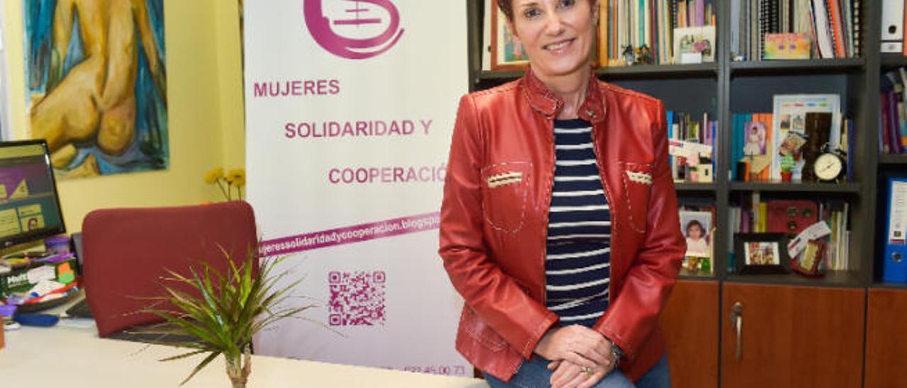 Ángeles García, presidenta de la Asociación de Mujeres, en su despacho.