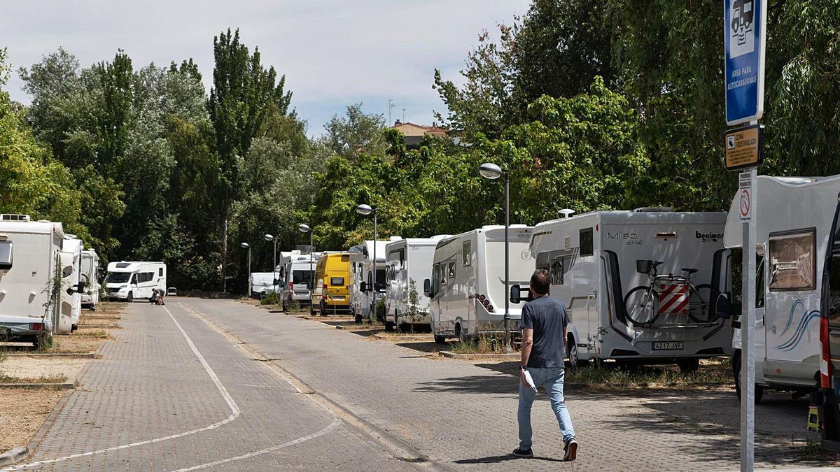 Un hombre camina por el Área de caravanas de Valorio.