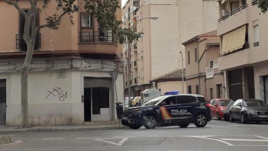 Un coche de Policía Nacional ante el edificio.