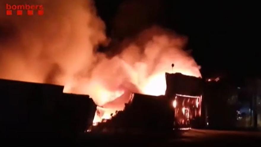 Un incendio arrasa dos naves de una fábrica de motos en Girona
