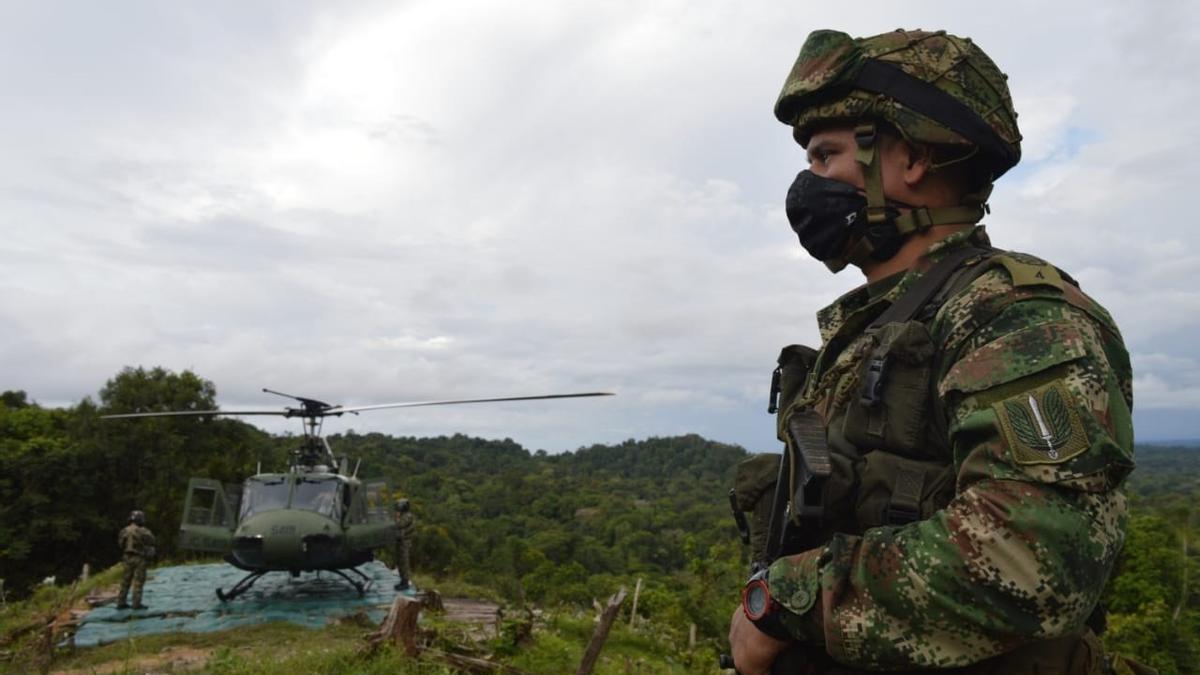 Un soldado junto a un helicóptero en Colombia.