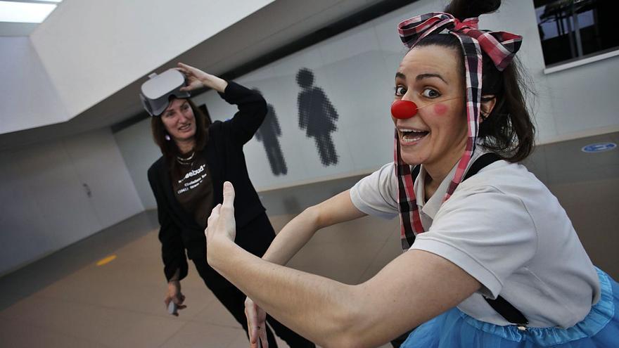 Dos gijonesas diseñan un sistema de realidad virtual para que los niños ingresados disfruten de grabaciones de payasos en plena pandemia