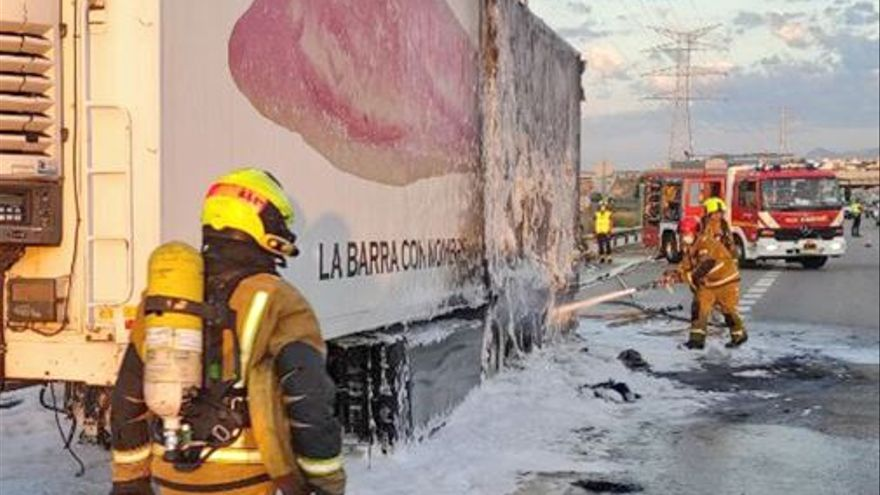 Espectacular incendio de un tráiler en Elche que transportaba patatas