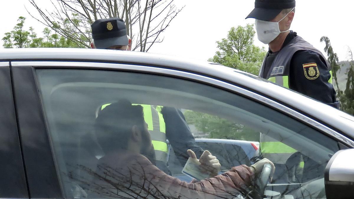 Dos policías nacionales participan en un control en una imagen de archivo