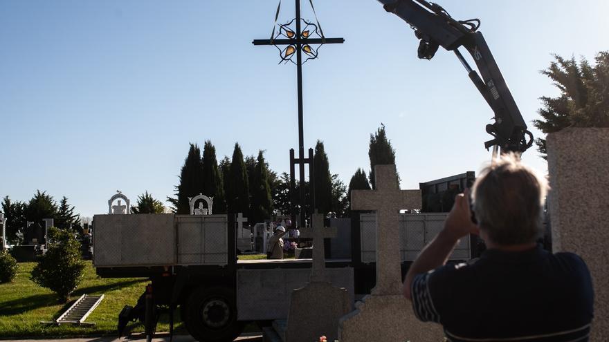 VÍDEO | Así se ha instalado la cruz de Coomonte en el cementerio de Zamora