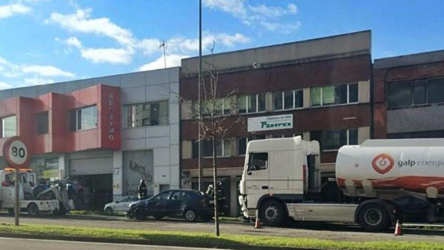 Bomberos y Policía, junto al coche y el camión cisterna, ayer, en la avenida del Príncipe de Asturias.