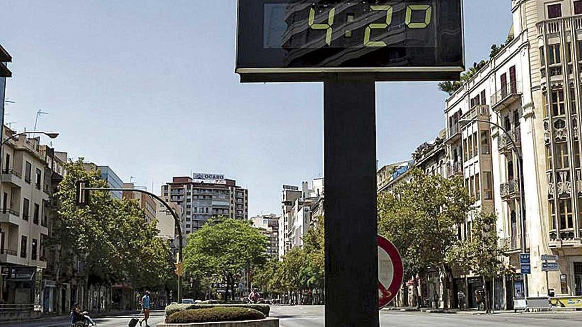 El termómetro ubicado en avenidas, a la altura de la plaza de España, marcó el jueves 42 grados.