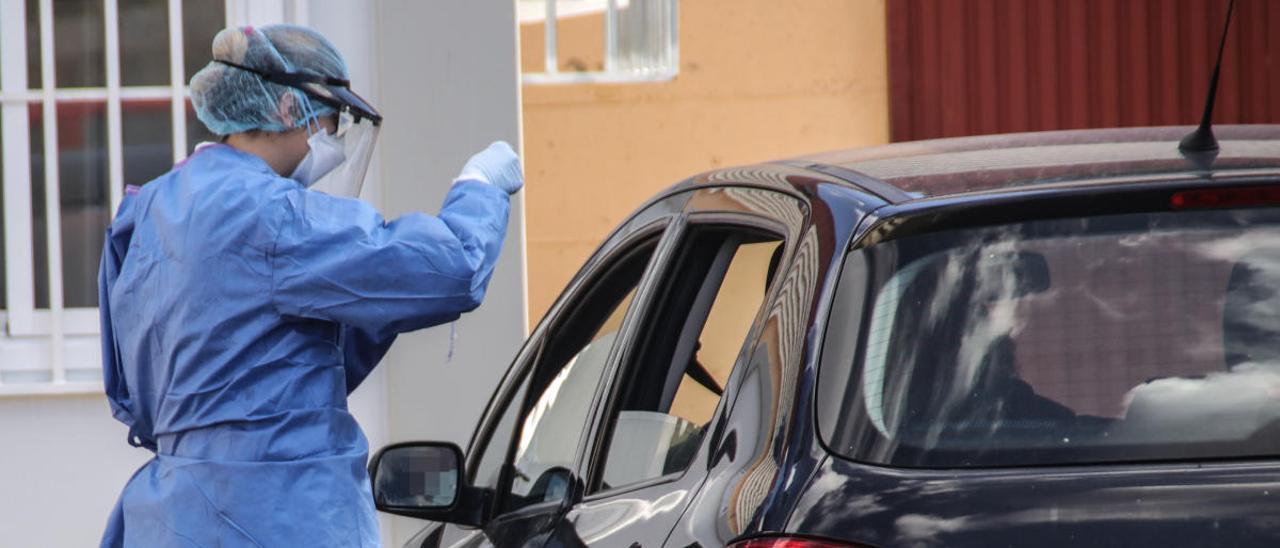 Personal de enfermería hace un test de coronavirus a un paciente desde su vehículo