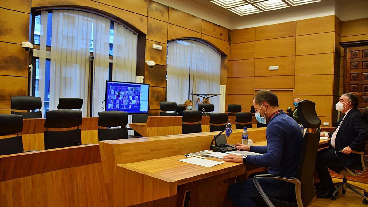 Por la izquierda, Ángel García y el secretario municipal, Felipe Fanjul, ayer, durante el Pleno telemático. | R. A. I.