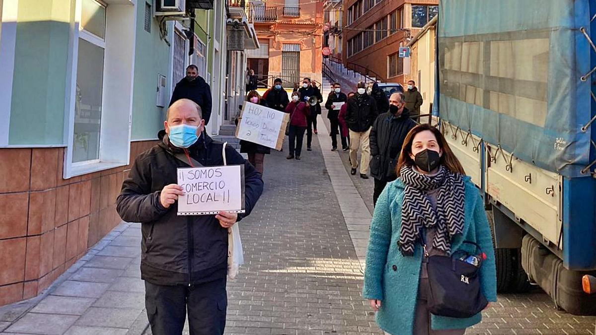 Algunos vendedores que ayer participaron en Cullera en la protesta convocada por Avame. | LEVANTE-EMV