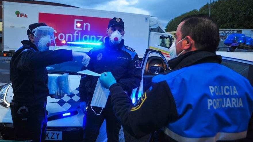 Policía Nacional y Local siguen con el reparto de mascarillas