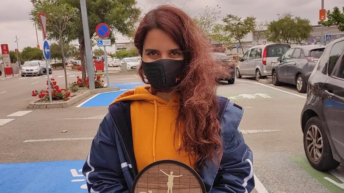 Laura Nicolás posa con el trofeo de la Sherry Maratón Promo
